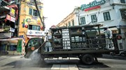 Theo chân bộ đội hóa học phun khử khuẩn diện rộng ở Hà Nội