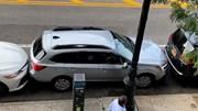 Tròn mắt xem màn lái xe ra khỏi chỗ đỗ siêu hẹp