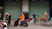 Ngày đầu TP.HCM tiếp tục giãn cách: Ngang nhiên bán giữa lề đường, vỉa hè