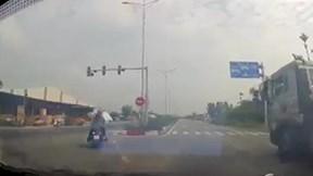 Xe container phanh 'cháy lốp' tránh 2 cô gái sang đường bất cẩn