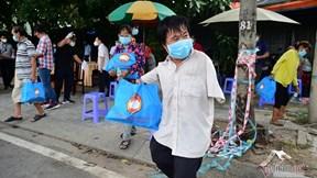 TP.HCM: Mất việc vì dịch, dân nghèo nghẹn ngào vui sướng nhận quà hỗ trợ