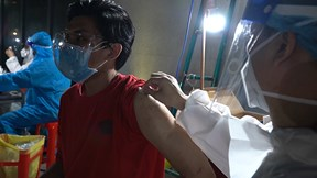 Y bác sĩ miệt mài hỗ trợ tiêm vaccine cho người dân quận 8 trong đêm