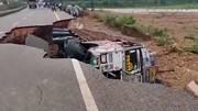 Xe tải bị 'hố tử thần' nuốt trọn