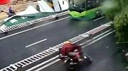 Khoảnh khắc bão Lupit đổ bộ vào Trung Quốc 'thổi bay' người đi xe máy