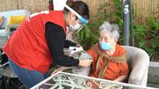 Cụ già hơn 100 tuổi vui mừng được tiêm vắc xin Covid-19  tận nhà