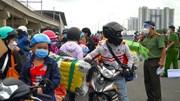 Dân nghèo đổ về quê gây ùn tắc, công an lập rào, phát loa vận động ở lại