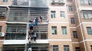 Người dân hợp sức giải cứu 2 bé gái thoát khỏi căn hộ đang bốc cháy