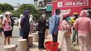 Người dân TP.HCM ùn ùn xếp hàng mua lương thực, thực phẩm dự trữ