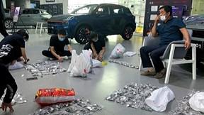 Bố mang 17 tải tiền xu đi mua ô tô cho con trai