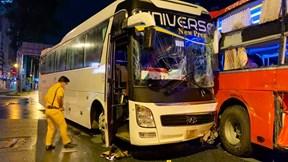 Xe khách chở 6 nhân viên y tế gặp tai nạn ở trung tâm TP.HCM
