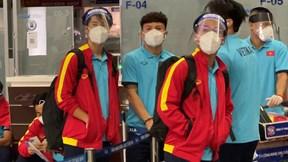 HLV Park và học trò đeo mặt nạ kín như bưng ra sân bay trong đêm