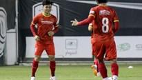 Quang Hải luyện sút phạt trực tiếp ngoài vòng cấm trước trận Saudi Arabia