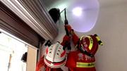 Giải cứu bé gái mắc kẹt đầu trên trần nhà như phim kinh dị