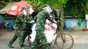 TP.HCM: Dân vui mừng đón bộ đội dùng xe đạp thồ chở gạo, nhu yếu phẩm
