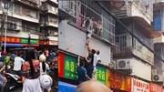 Hàng trăm người giải cứu bé trai lơ lửng ngoài cửa sổ khi ở nhà một mình