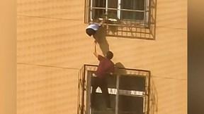 Giải cứu bé trai treo lơ lửng vì kẹt đầu trên song sắt tầng 3