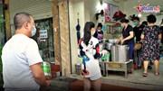 Dân vùng xanh hồi hộp xếp hàng mua phở mang về, quán bán cả nghìn bát/ ngày