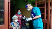 Con gái nghẹn ngào vì mẹ già được tiêm vaccine Covid miễn phí tận nhà