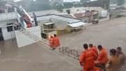 Giải cứu trẻ em vùng lũ nhờ khung sắt bắc qua các mái nhà ở Ấn Độ