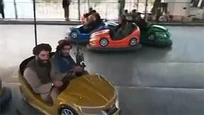 Chiến binh Taliban mang theo súng, vui chơi tại công viên giải trí Kabul