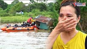 Xuồng hơi lướt sóng sông Hồng, chở hàng trăm suất quà đến từng căn nhà nổi