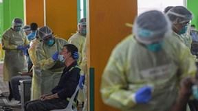 Covid-19: Hơn tỷ người TQ tiêm đầy đủ, Pháp đình chỉ 3.000 nhân viên y tế
