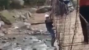 Cố đi xe máy qua cầu treo cũ kỹ, người đàn ông lơ lửng giữa cầu