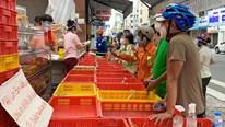 TP.HCM: Xếp hàng dài mua bánh Trung thu giữa trời nắng nóng