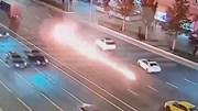 Bình xăng xe máy bốc cháy tạo thành vệt lửa dài hàng chục mét trên đường