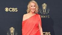 Catherine O'hara diện đồ NTK Công Trí lọt Top đẹp nhất thảm đỏ Emmy 2021
