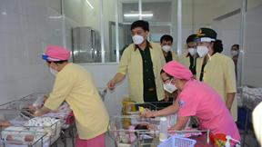 Ấm lòng những phần quà Trung thu cho trẻ sơ sinh tại bệnh viện Covid-19