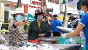 Dân phấn khởi mua hàng trong ngày đầu mở 'Phiên chợ dã chiến'