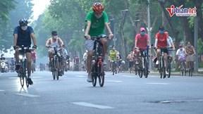 Hồ Hoàn Kiếm nhộn nhịp từ mờ sáng ngày mở lại thể dục thể thao ngoài trời