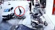 Khoảnh khắc ô tô vào cua tông người đi xe máy nguy kịch
