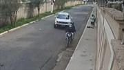 Tài xế lao thẳng ô tô vào 2 thanh niên chặn đường cướp người đi bộ