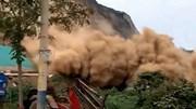 Lở núi khủng khiếp chôn vùi hàng trăm mét đường ở Trung Quốc