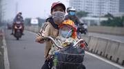 Xót xa người mẹ đạp xe, tay ôm con từ TP.HCM về An Giang