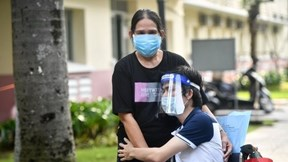 Hai mẹ con vỡ oà sau ca phẫu thuật thay khớp háng đầu tiên tại Việt Nam