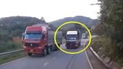 Tránh xe tải lấn làn trên đoạn đường dốc, ô tô lao xuống rãnh nước