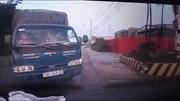 Xe tải sang đường khuất tầm nhìn đối đầu xe con