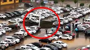 Nhiều phương tiện 'xếp hàng' rơi xuống hố sụt trong bãi đậu xe