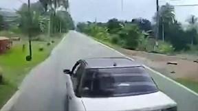 Liên tục bấm còi xin vượt, xe ben bị 'xế hộp' cho phanh dúi dụi