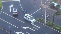 Hai ô tô che chắn và 'hộ tống' người đi xe máy bị gió bão Kompasu thổi ngã