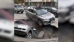 Hố nước sôi bất ngờ xuất hiện 'nuốt chửng' xe hơi