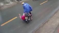 Hãi hùng cảnh bé trai bất ngờ ngã nhào xuống đường chỉ vì chiếc áo mưa