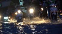 TP.HCM: Đỉnh điểm triều cường, dân ngã sõng soài, bì bõm lội nước