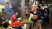 Chợ Long Biên vắng vẻ những ngày đầu hoạt động trở lại