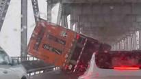 Gió mạnh thổi lật xe tải cỡ lớn trên cầu ở Mỹ